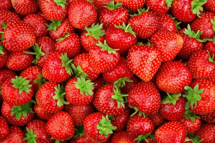 φραουλες φραουλα fraoula φρουτα με βιταμινη C vegan τροφες διατροφη υγεια ιωσεις κρυωμα εναντια στον κορονοιο γριπη Strawberry