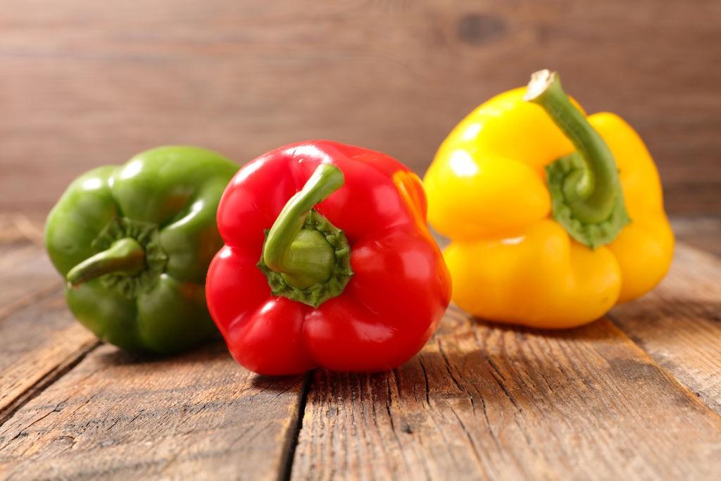 πιπεριες πιπερια βιταμινη C εναντια στον κορονοιο ιωσεις γριπη για να μην αρρωστησετε vegan διατροφη και υγεια υγιεινες τροφες χρωματιστα λαχανικα γλυκες καμπανα
